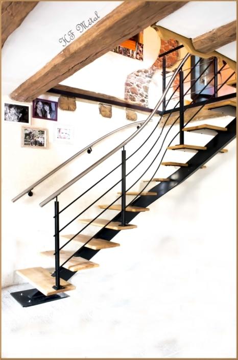escalier moderne en bois avec limon central et rampe d'escalier en métal