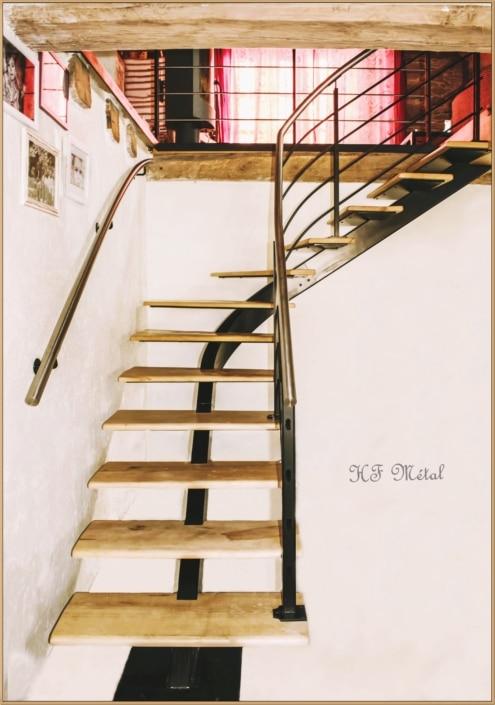 escalier quart tournant en bois avec limon central en acier et main courante en inox