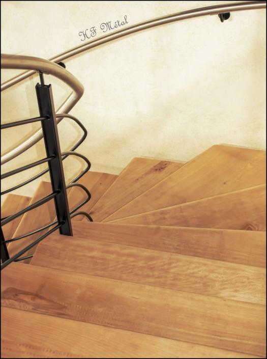 escalier quart tournant en bois avec rampe en métal et main courante en inox