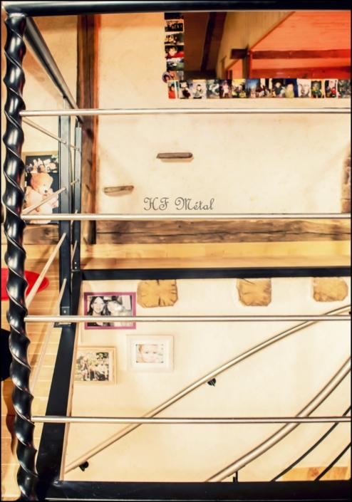escalier en métal avec trémie en fer