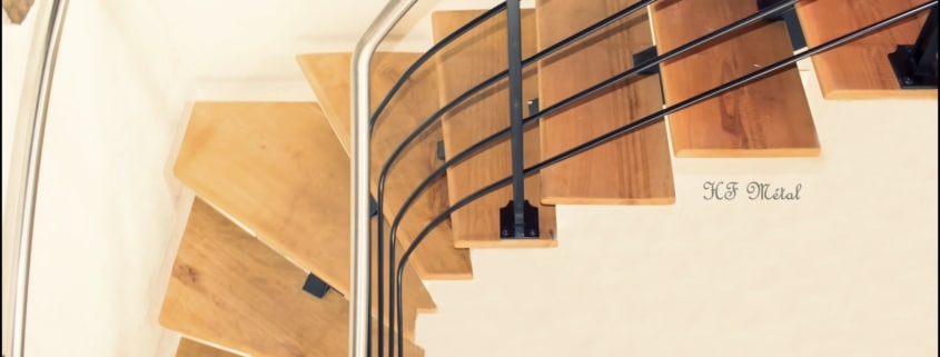 escalier tournant avec rampe en acier et inox