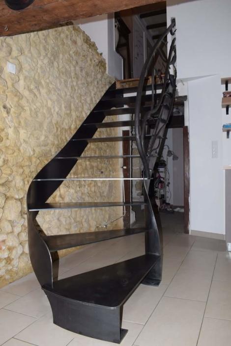 escalier en métal peint et garde-corps artistique