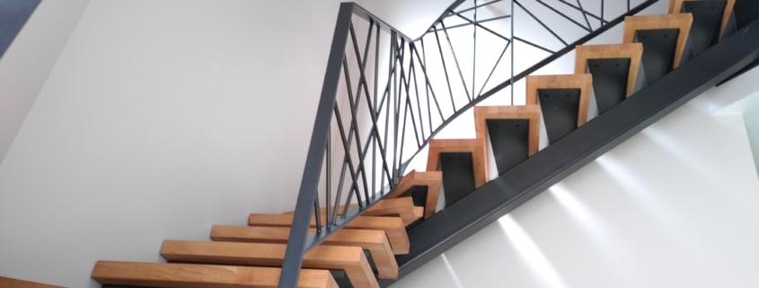 escalier tournant avec marche en bois et limon et rampe d'escalier en acier