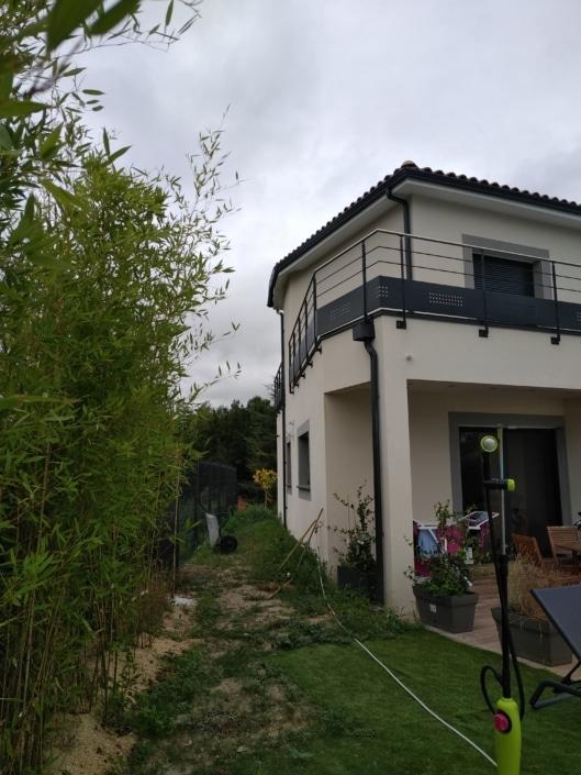 maison avec garde-corps en acier et main courante en inox