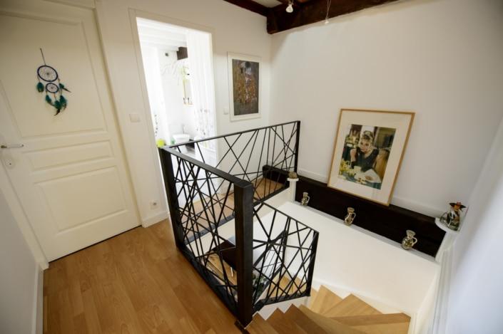 garde-corps et rampe d'escalier en acier au motif design et finition brut