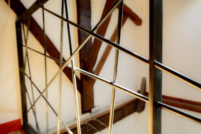 garde-corps moderne en métal aux finitions brut