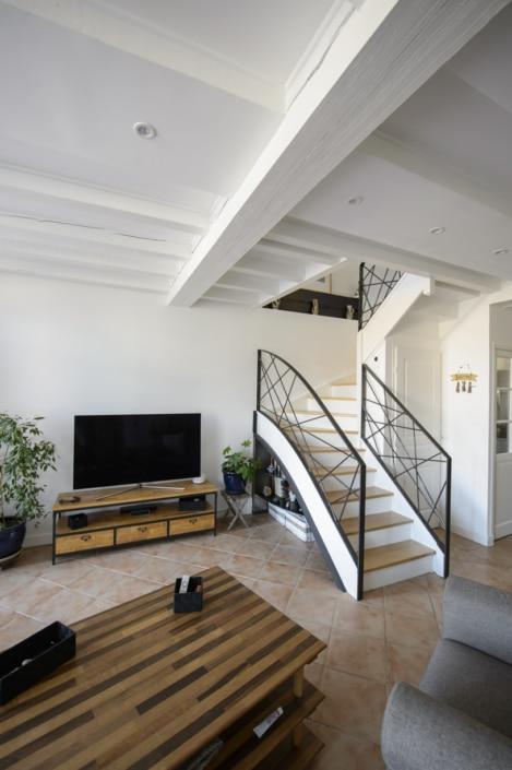 escalier double quart tournant moderne avec limon en acier et rampe à motif en métal