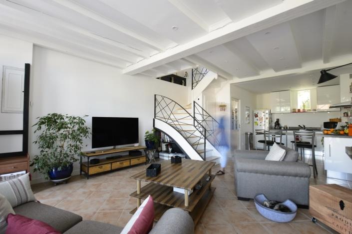 escalier maison double quart tournant avec rampes à motif moderne et design en métal