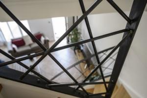 escalier avec limon à motif design en acier