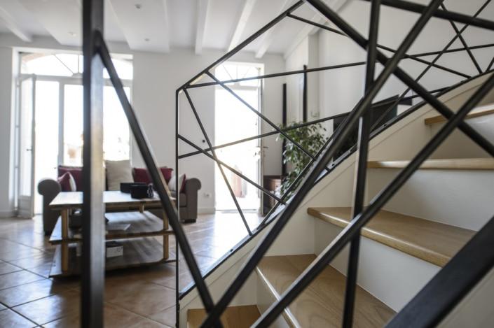 rampe d'escalier avec motif design en métal