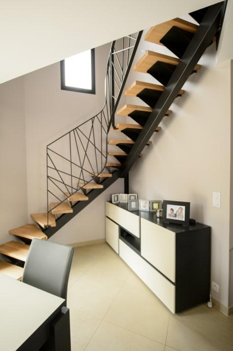 escalier maison deux quart tournant en angle avec limon central et fixation en acier et fer forgé
