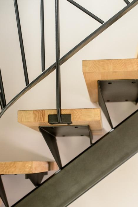 escalier tournant avec marche en bois et limon et fixation en acier