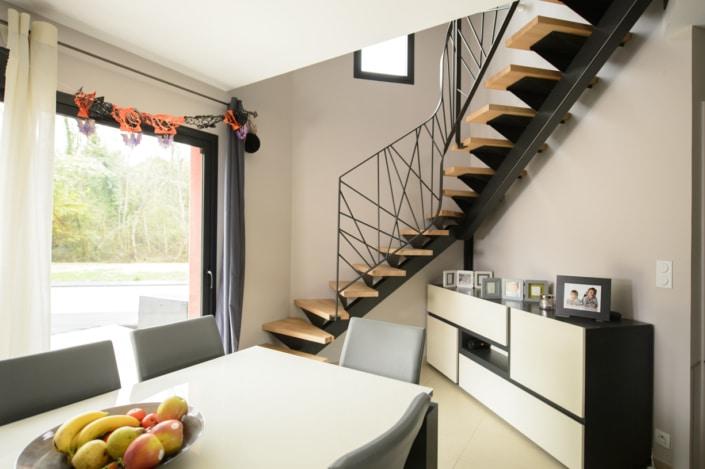 escalier deux quart tournant en angle moderne avec fixation et limon en acier