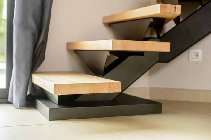 escalier en bois avec fixation en acier