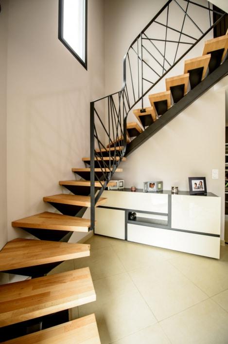 escalier deux quart tournant en angle avec limon design en acier