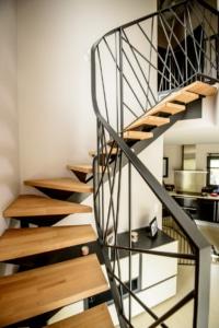 escalier deux quart tournant en angle avec marche en bois et limon central en acier
