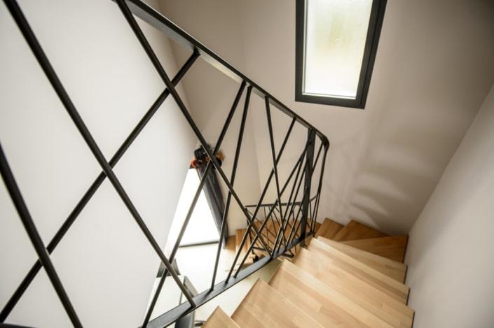 escalier deux quart tournant en angle avec rampe design en acier