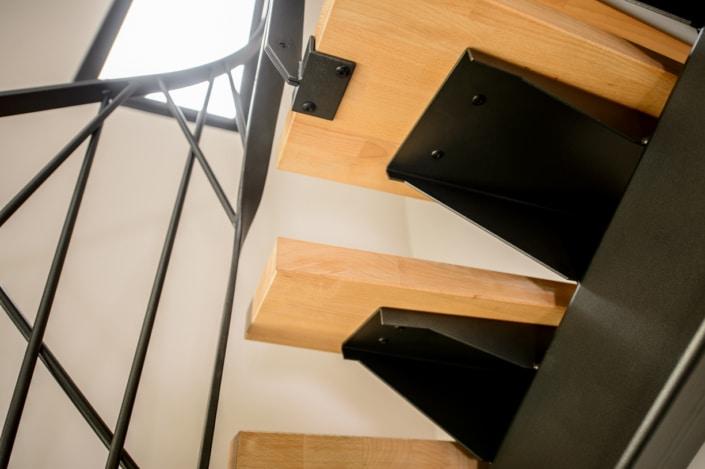 escalier en métal design avec fixation à l'anglaise
