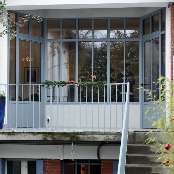 verrière extérieur entrée maison avec portes en fer forgé