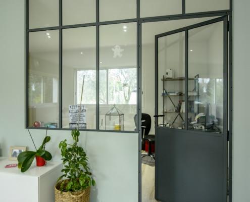 verrière d'intérieur avec porte en fer forgé