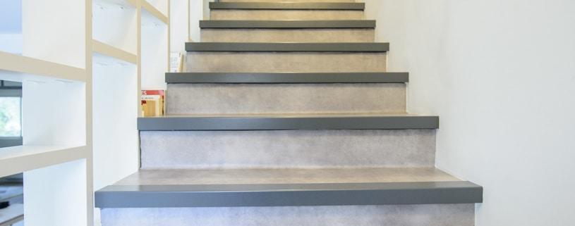 escalier moderne avec habillage en béton et main courante en acier