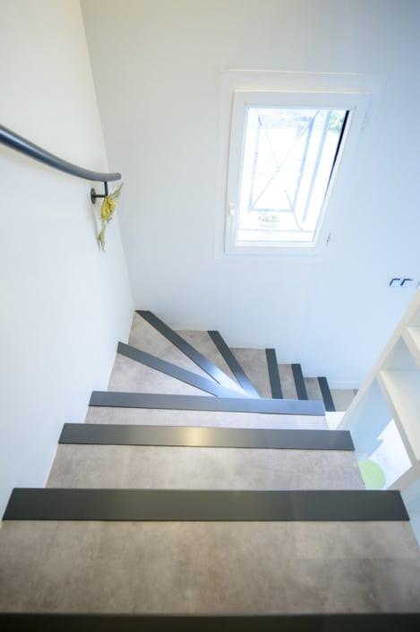 escalier à quart tournant avec main courante en acier et habillage béton
