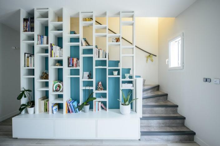 escalier à quart tournant avec habillage en béton et main courante acier