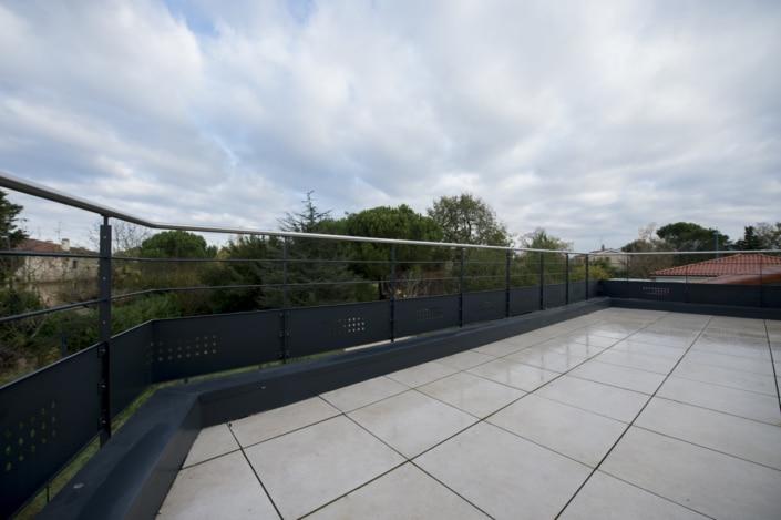 terrasse avec garde-corps en acier thermolaque
