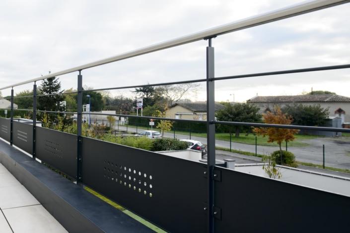 garde-corps en acier terrasse avec main courante en inox