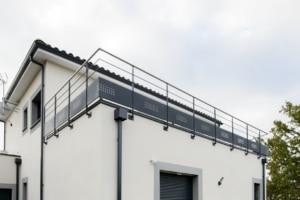 garde-corps moderne terrasse en acier avec main courante en inox