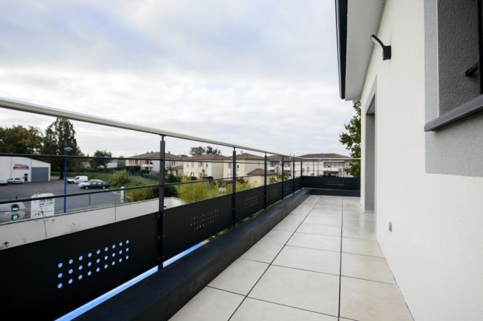 terrasse avec garde-corps design en acier avec main courante en inox