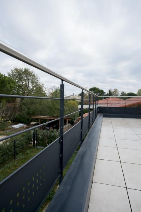 garde-corps pour terrasse en acier avec main courante en inox