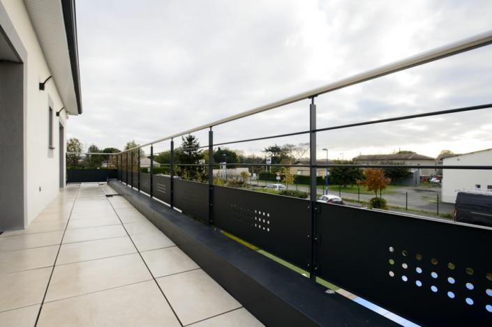 garde-corps thermolaque terrasse avec main courante en acier