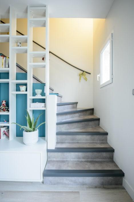 escalier à quart tournant moderne avec habillage en béton et main courante en acier