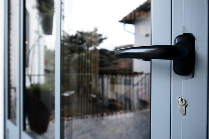 verrière d'extérieur avec porte et poignet en métal