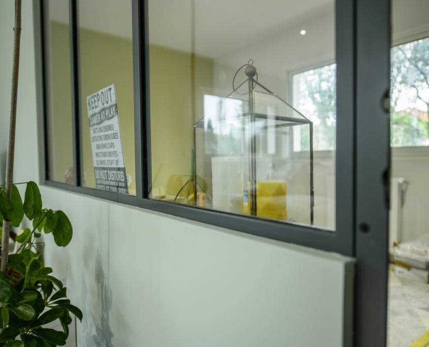 verrière d'atelier en métal avec porte