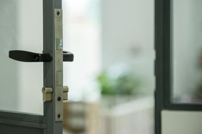 verrière d'atelier en metal avec porte