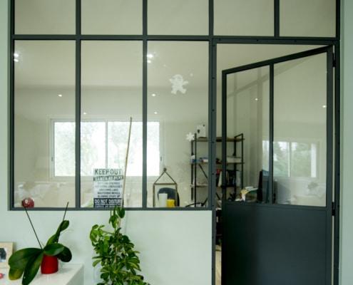 verrière d'intérieur style industriel en métal avec porte