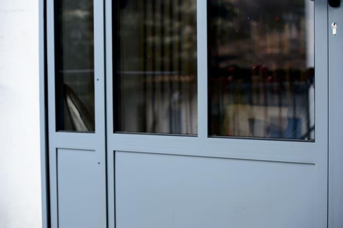 verrière pour extérieur maison avec porte en acier