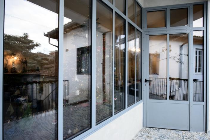 verrière d'extérieur avec porte maison en acier et métal