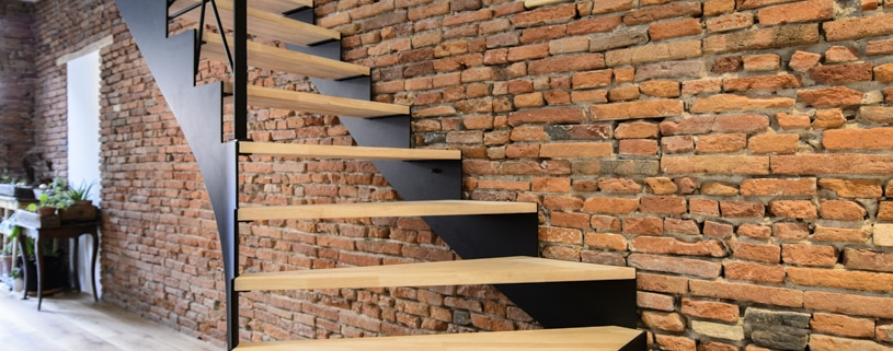 escalier moderne en bois avec rampe design et limon latéral en acier