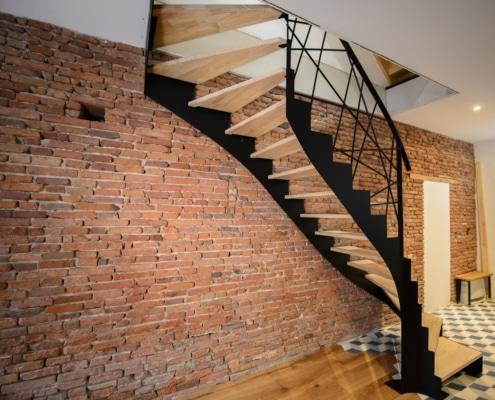 escalier moderne avec marche en bois et limon latéral et rampe en acier
