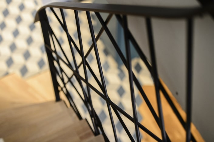 rampe d'escalier moderne en acier noir
