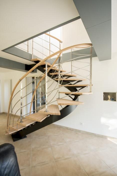 escalier deux quarts tournants en acier avec marche en bois