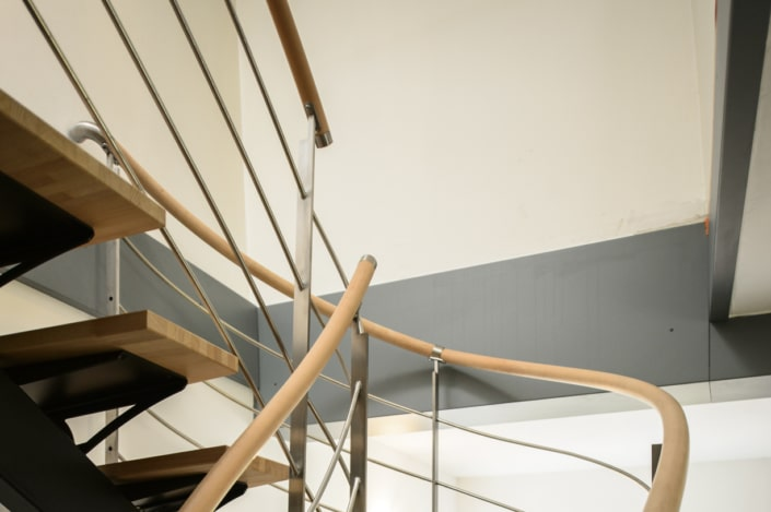 escalier en bois avec rampes et corps en métal