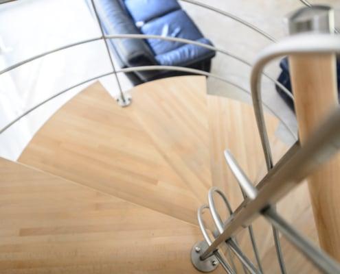 escalier deux quarts tournants en acier avec rampe et marche en bois et en métal