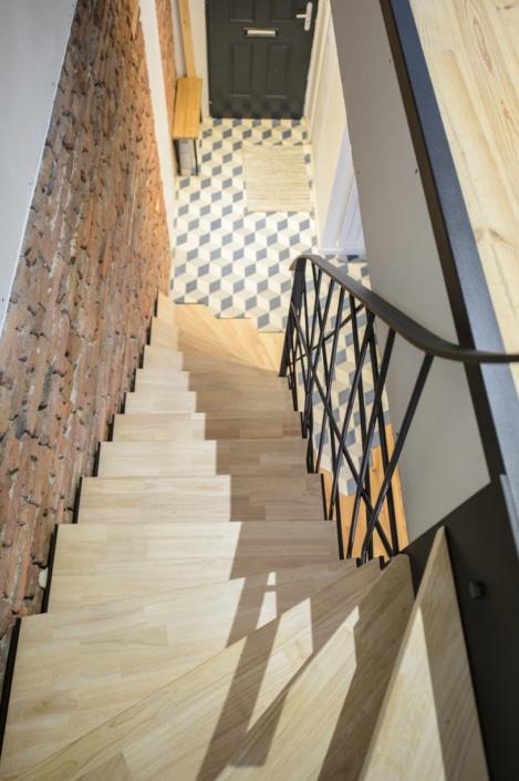 escalier moderne avec marche en bois et limon latéral en acier noir