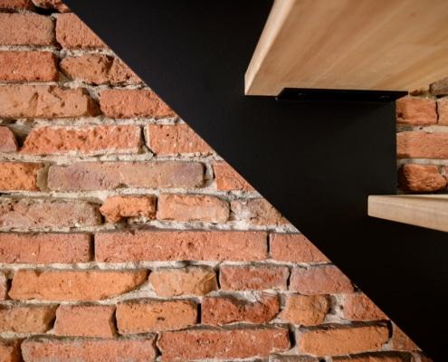 escalier design en acier peint et marche en bois