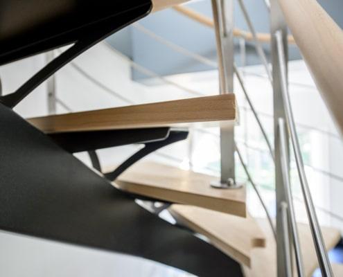 escalier deux quarts tournants design en métal avec marche en bois clair