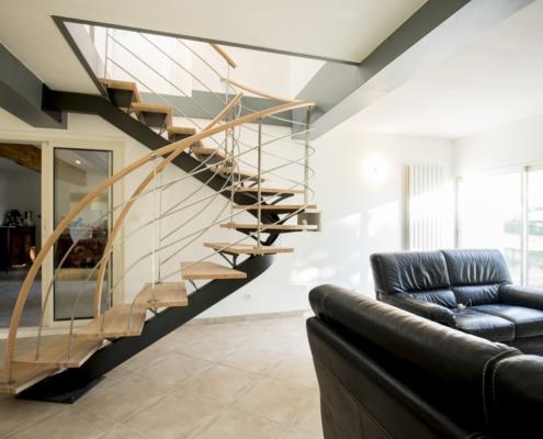 escalier deux quarts tournants moderne avec rampe en bois et en acier